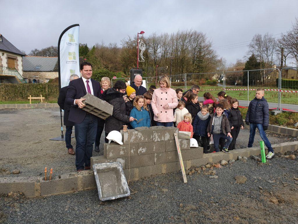 Le Maire et ses adjoints ont été assistés par les enfants de l'école pour la pose de la première pierre de leur future école